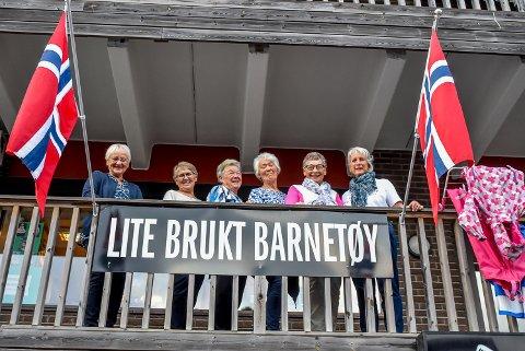 Laila Fimland (f.v.), Liv Myrhvold, Marit Hoel, Gro Veiby, Bodil Andersen og Eva Hansen driver butikken Lite brukt barnetøy.
