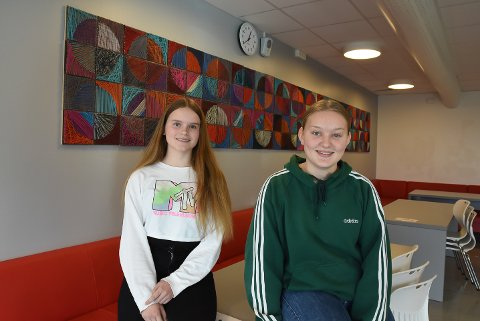 TRIVSELSTILTAK: Carmen Andersen (9. trinn) og Ingeborg Haugland (10. trinn) fra elevrådet på Kirkelund liker at skolen er åpen for frokostservering hver dag.