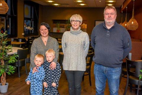 Aina Sandem (t.v.), Ingalill Bergbråten og Roger Elvestad møtte opp da Mysen Kulturkompani signerte kontrakt med innbyggertorget i Mysen om å driver kafé i innbyggertorgets lokaler.