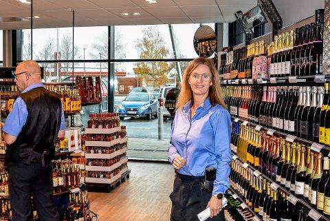 Butikksjef på Vinmonopolet i Askim Line Schie Andersen er strålende fornøyd med at kundene kan vende tilbake til butikken.