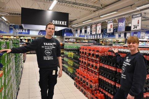 Varehussjef for Obs Slitu (Morenen senter) Eirik Solheim har sett en stor økning i salget av varer som folk vanligvis handler mye av i Sverige. Her sammen med varehussjef for Obs Bygg Slitu, Gunn Myrvang. Arkivfoto.
