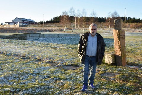 Trist:  Gunnar Wøien synes det er trist å høre hvordan Indre Østfold kommune vil behandle minnelunden der fire personer omkom. –  Det vil bli et villniss her, kommenterer han.