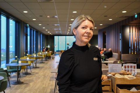 Hotelldirektør Mette Ekelund er den eneste ved Scandic Brennemoen som ikke er permittert. Hun bemanner telefonen og krysser fingrene for en større booking. Arkivfoto.