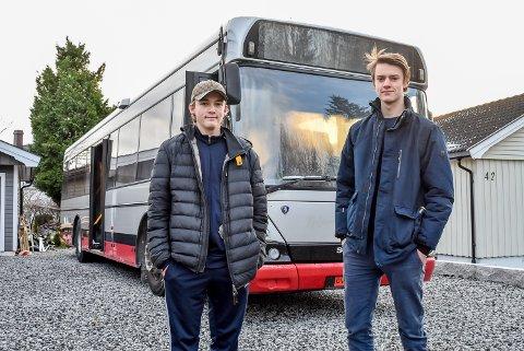 John Rafael Stene og Bjørnar Hauer og 10 skolekamerater har skaffet seg en buss til 15.000 kroner.