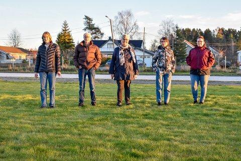Bente Bye (t.v.), Einar Johansen, Anne Karin Johansen, Anne Lise Stenberg og  Helen Hansen er naboer til den planlagte skøytehallen i Båstad. De mener hallen kommer til å skjerme for kveldsolen deres.