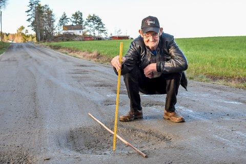 – Dette hullet er 11 centimeter, og det er ikke en gang det dypeste hullet på dette veien, hevder Svein Berg.