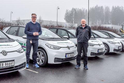 Satser grønt: Simen Berg Klemmetsen og Thor Ole Riiser i Askim Entrepenør viser frem firmaets nye elektriske biler. Den grønne satsingen har gitt firmaet flere store jobber.