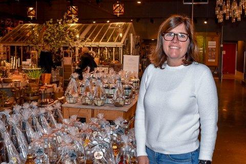 FORNØYDE KUNDER: Astrid Lier Rømuld ved Askim Frukt- og bærpresseri sier avgiftskuttene er gode nyheter for forbrukerne.