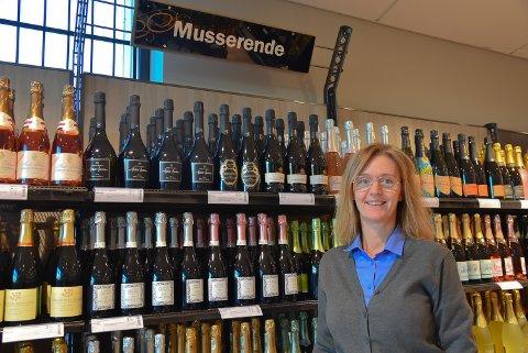 MYE JULEØL: Butikksjef Line Schie Andersens desember på Vinmonopolet har vært helt utenom det vanlige.