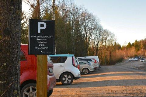NYTT SKILT: Dette skiltet kan du se ved innkjøringen til parkeringsplassen til Åsermarka.