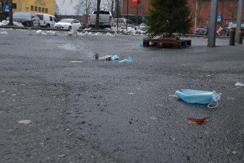 SØPPEL: Engangsmunnbind blir kastet alle andre steder enn søppelbøtta.
