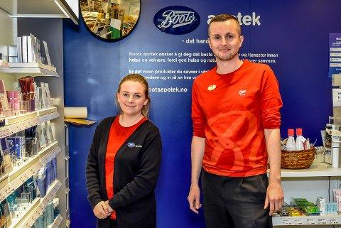 Anita Strandkås og Ibrahim Mehinović jobb hos Boots Apotek i Askim.