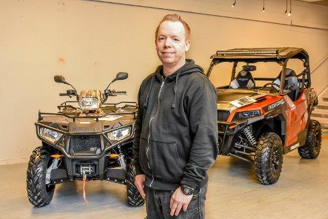 Selger hos Norlett Service, Jan Tore Strøm, stiller ut ATV-er og UTV-er på Askimtroget.