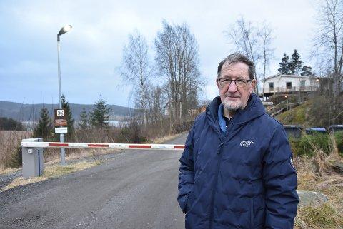 BOM: Olav Pedersen kan konstatere at Skaarveien er stengt med bom.