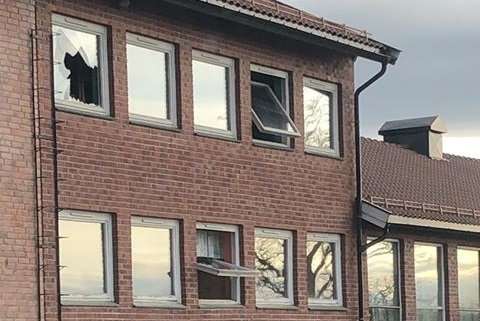 Som bildet viser er vinduer både åpnet og knust i det gamle skolebygget på Skjønhaug.