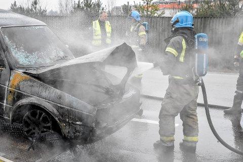 En bil begynte å brenne like utenfor Spydeberg sentrum lørdag morgen.