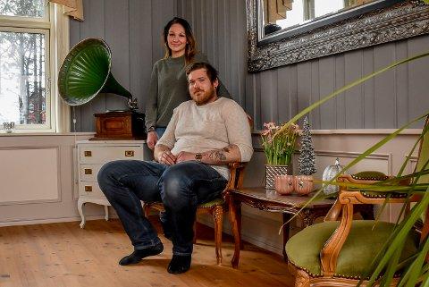 Cato Flermoen Arnesen (31) og Cecilie Arnesen Flermoen (34) bor i den gamle grendeskolen i Skiptvet.