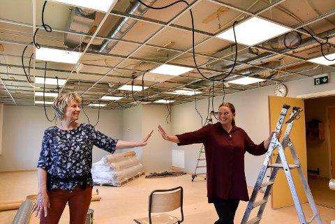 LUFTIG HIGH FIVE: VRektor Hege Brødholt og SFO-leder Øydis Garsegg på Vestgård skole har et helt nytt rom klart til skolestart.