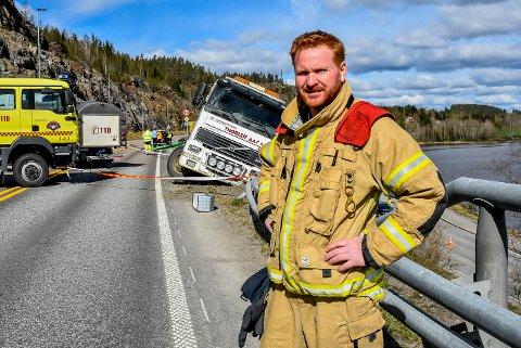 Ni brannmenn rykket ut fra Ørje brannstasjon og fik sikret lastebilen som hang på autovernet, det forklarer utrykningsleder Indre Østfold brann og redning, Jens Frøne.