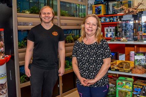 Hege Louise Voldmo (50) har tatt over Zootorget i Askim. Her står hun sammen med medarbeider Kent Skeie (21).