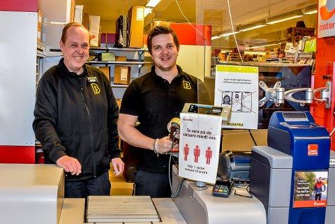 Kjøpmannen på Bunnpris i Trøgstad, Rune Johnsen (t.v.) og Patrick Hegerstrøm som jobber i butikken har merket en økning i posttrafikken.