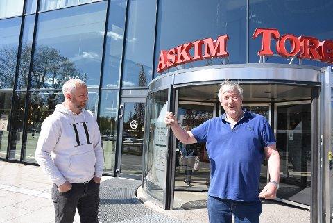 Odd Arne Torp går av som daglig leder på Askimtorget. Her leverer han nøklene til sønnen Jostein.