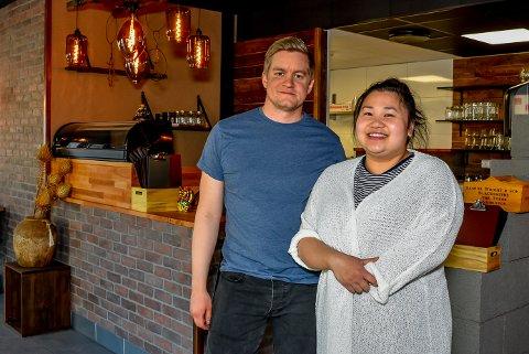 FIKK BESØK: I mai åpnet Anders Melbye (31) og Nida Huynh (28) restauranten Nivu i Mysen. Nå har de fått besøk av Mattilsynet. Arkivfoto.