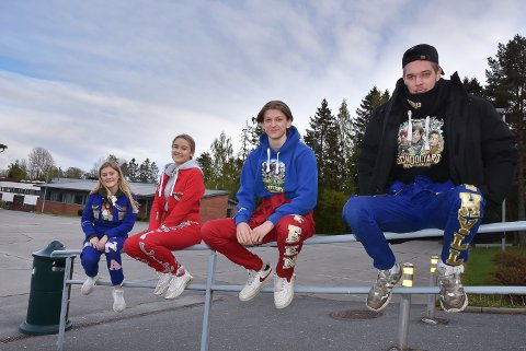 FORSKRIFTSMESSIG AVSTAND: Årets russepresidenter Lina Undeland (Mysen), Cecilie Steen Sundby (Askim), Vegard Steen (Askim) og Mats Kvithyll (Mysen).