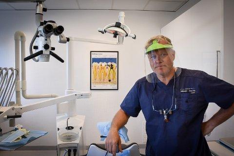 SMITTEVERN: Tannlege Øivind Berg bruker visir under enkelte behandlinger.