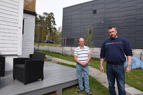 KRITISK: Enver Kelmendi og Carl Fredrik Martinsen i Barkerudsvingen får ventilasjonsanlegget rett mot uteplassene sine.