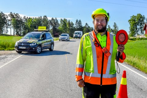 Tim Bakken (30) er trafikkdirigent langs veien i Indre Østfold.