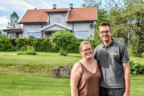 Katarina Meyer og Ole Thomas Bergersen stor trives på familiegården til Ole Thomas. De er fjerde generasjon på gården og jobber nå for å sette deres preg på gården.