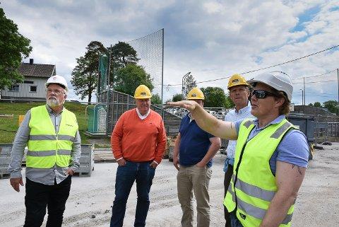 BEFARING: Kirkelund bygges ut. Fra venstre:  Virksomhetsleder Johan Søfteland, Erik Næss, Tor Jacob Solberg og Lars Sæther får info av prosjektansvarlig Alexander Grønli fr aArca Nova.