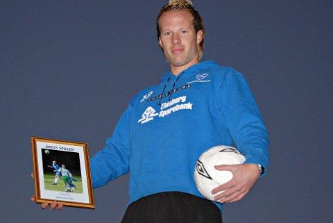 LOKAL PROFIL: Erlend Brandsrud har vært lokal fotballprofil i mer enn 20 år. Her fra 2007 hvor han ble kåret til årets spiller i Smaalenenes Avis.