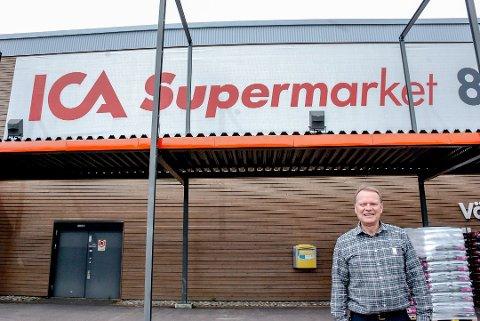 Butikksjef Bjørn Hugoson driver ICA-butikken rett over grensa.