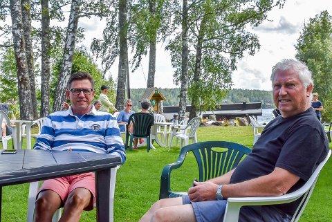 Øyvind Andreassen og Arild Hansen syns kiosken er et fint sosialt møtepunkt for hyttenaboene på Hemnestangen.