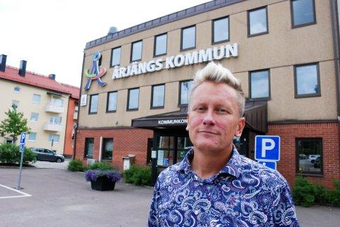 REAGERER: Årjängs ordfører Daniel Schützer  mener kommunen hans står overfor en handelsdød.