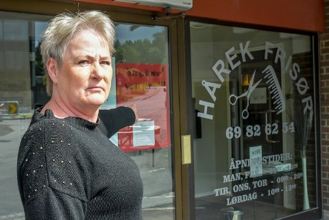 KORONA: Hårek Frisør hadde besøk av en kunde med koronasmitte tidlig forrige uke. Frisør Ann-Kristin Enger oppfordrer til godt smittevern.