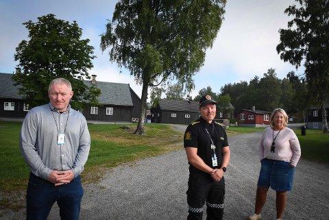 KORONAREGLENE GJELDER: Ungdomskontakt Herman Østlie, politikontakt Patrick Karlsen og seksjonsleder for stedutvikling Margaret Aadalen.