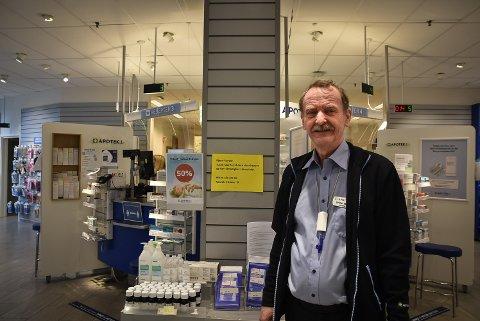 FÅR MUNNBIND: Apoteker Svein-Erik Vik, Apotek 1, oppfordrer folk til ikke å hamstre.