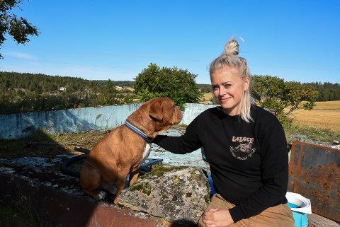 VIL BYGGE: Bassenget, som her inspiseres av Signe Solberg og hunden Conan, har sett sine beste dager.