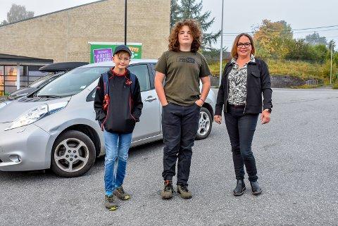 Lukas Graven (12) og Simon Jeudi (13) ble kjørt til skolen tidlig mandag morgen av Karin Dijkman.