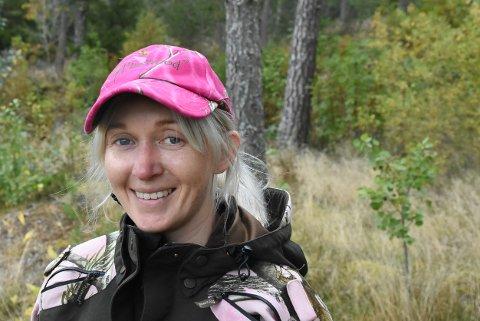 KLAR TIL JAKT: Med rosa caps satser Kari Østby (40) på å bli sett i skogen.