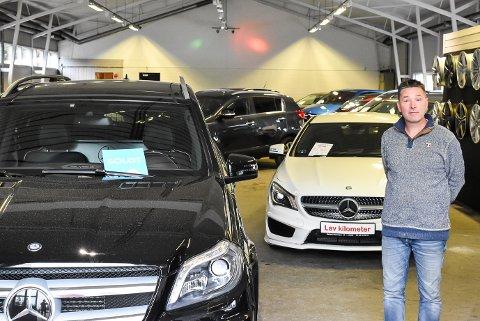 FÅ BILER, GODT SALG: Daglig leder Hans Petter Lunde ved Østfold Bilauksjon forteller at interessen for brukbiler er stor, men at det samtidig er færre biler i markedet.