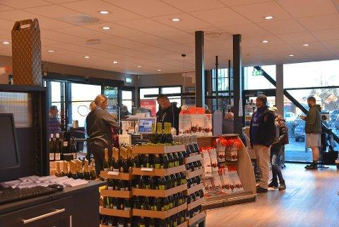 Daglig leder ved Vinmonopolet i Askim Line Schie Andersen bekrefter at de åpner dørene igjen mandag.