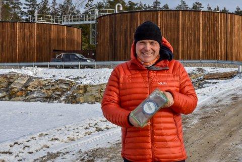 Virksomhetsleder for plan, landbruk og teknikk i Skiptvet, Øyvind Thømt, holder en digital vannmåler.