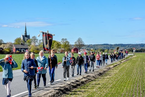 KORONAVENNLIG BARNETOG: Elevene på Kirkefjerdingen skole måtte tenke nytt da de skulle gå 17.mai-tog i fjor.
