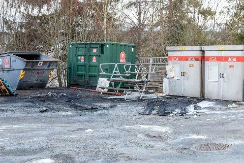 Slik så det ut søndag morgen. Sot, aske og enkelte bildeler ligger igjen der bilene brant. Bilene er hentet.