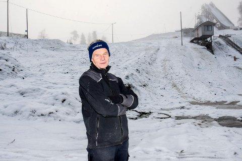 SKADET SEG: Jan Lindemark er kjent som primus motor i Granskollen skianlegg på Tomter. Forrige søndag prøvde han seg på ski i Gaupestein. Det endte med et stygt fall og et lårhalsbrudd. En svært nedkjølt Lindemark måtte hentes ut av ambulansepersonell. Nå er han på Løkentunet i Askim for rehabilitering.  Dette bildet er fra november i Granskollen.