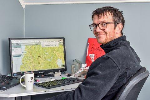 Pål Sindre Svae har oppe et kart der han kan se hvor noen av hjortene i Indre Østfold beveger seg.